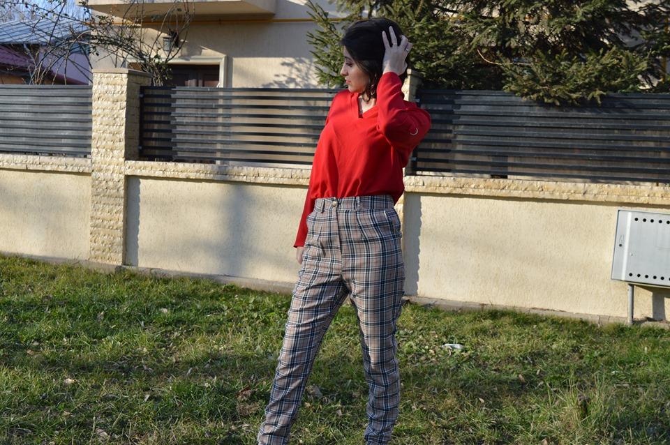 pantaloni în carouri
